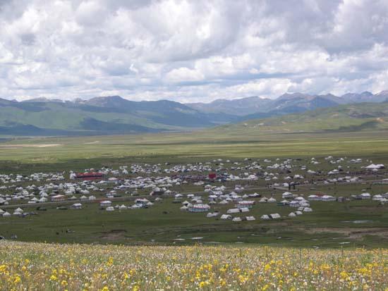 Gathering of Khampa Tibetans at Lithang Horse-racing Festival