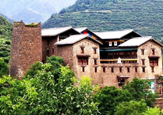 Tibetan house with a watchtower in western Sichuan